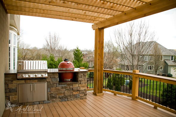 An Azek deck with an outdoor kitchen in Leawood, built by ReTouch.