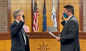 Mayor Eric Mikkelson and new treasurer Scott McDonald